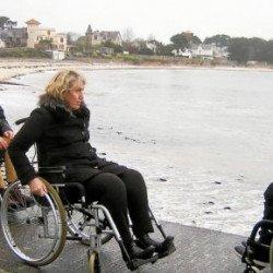 Accessibilité. Le maire teste rues et trottoirs en fauteuil roulant