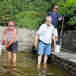 Vivre à Portivy. Les bénévoles nettoient le lavoir